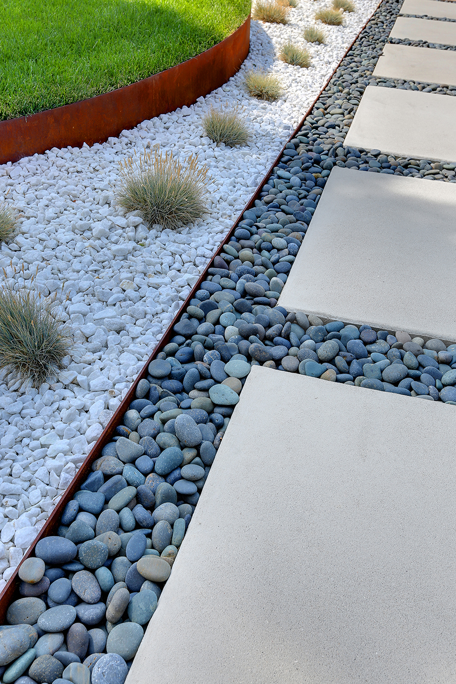Modern landscape design for denver home for Ideas para arreglar tu jardin